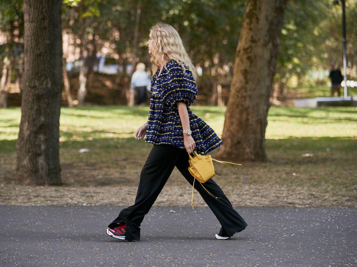 Foto: La insider Emili Sindlev, con un bolso de Loewe. (Imaxtree)