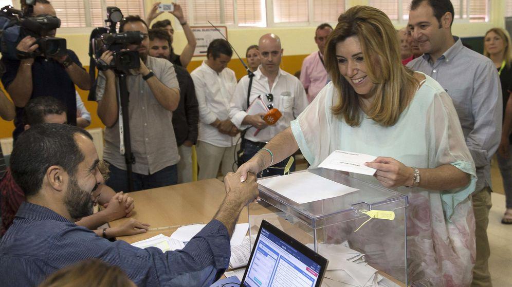 Foto: Susana Díaz ejerce su derecho al voto en un colegio electoral de Triana. (EFE)