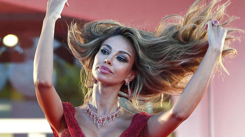 Madalina Ghenea, luchando con su pelo en el Festival de Cine de Venecia. (EFE)