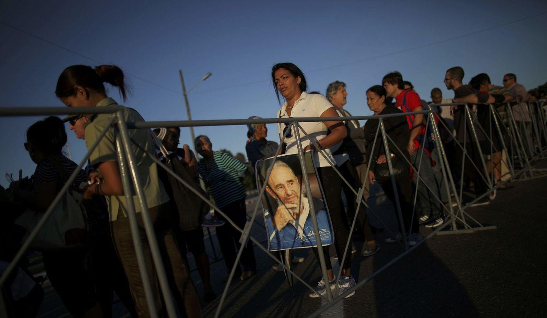Foto: Una mujer sostiene una imagen de Fidel Castro mientras espera para rendirle tributo en la plaza de la Revolución, en La Habana, el 29 de noviembre de 2016. (Reuters)