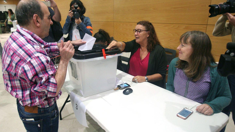 Un ciudadano deposita su papeleta en el IES Antoni Martí i Franquès de Tarragona (Jaume Sellart / EFE)