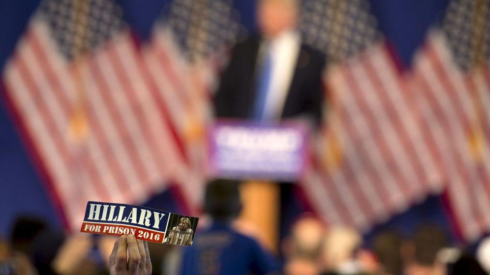 Foto: Un partidario de Donald Trump exhibe una pegatina donde se lee: Hillary a la cárcel en 2016, durante la Convención Republicana de Cleveland (Reuters)