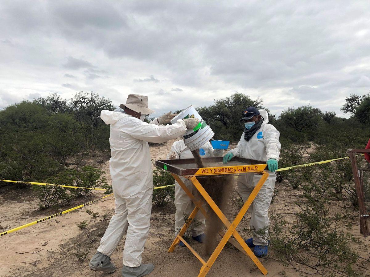 Foto: Fotografía cedida por Voz y Dignidad, que muestra a peritos forenses realizando labores de investigación en fosas clandestinas en Moctezuma, en el estado de San Luis Potosí (México) (EFE)