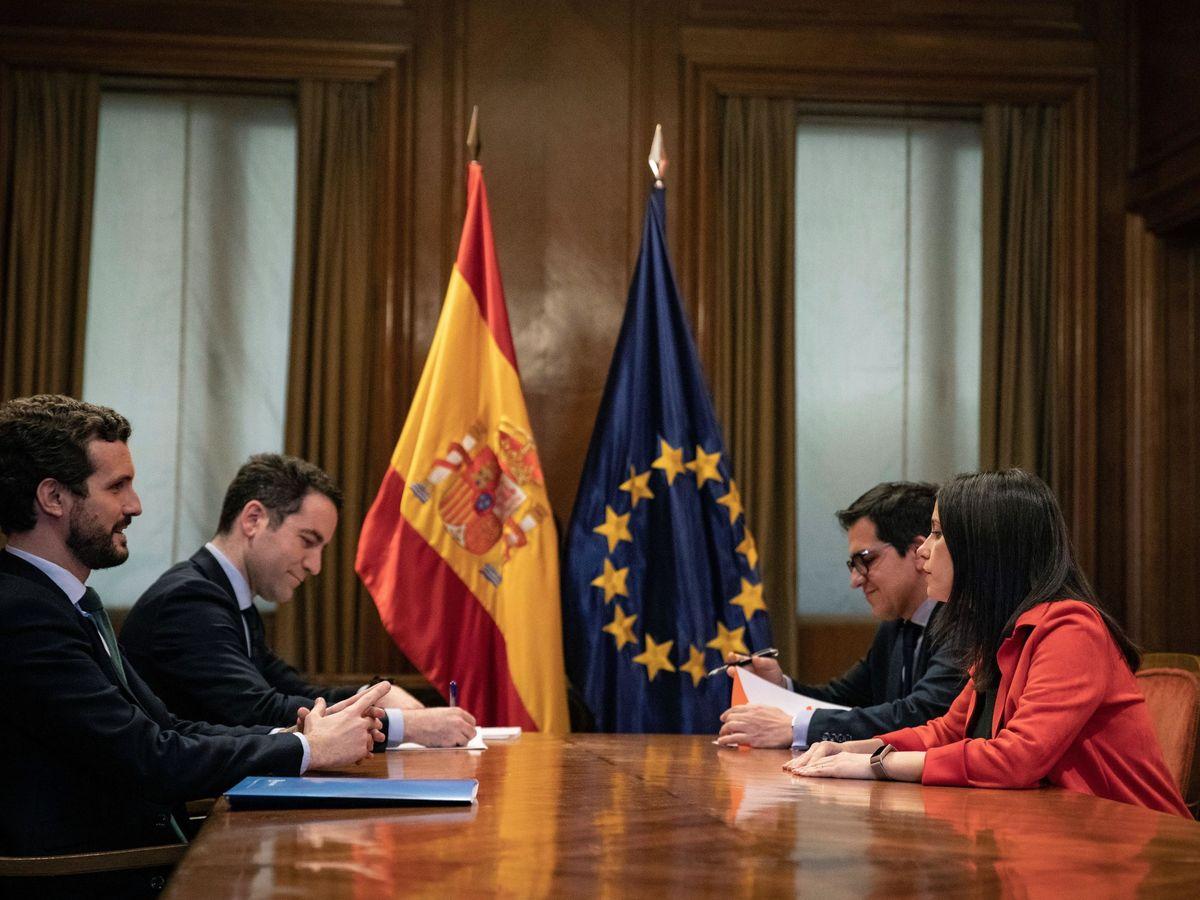 Foto: Pablo Casado (i), Inés Arrimadas, el secretario de Organización del PP, Teodoro García Egea (2d), y el secretario general del grupo parlamentario de Ciudadanos, José María Espejo-Saavedra (2d). (EFE)