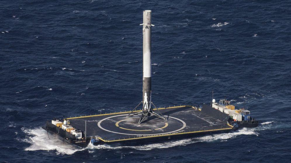 Foto: El cohete Falcon 9 aterriza en el océano. (Reuters)