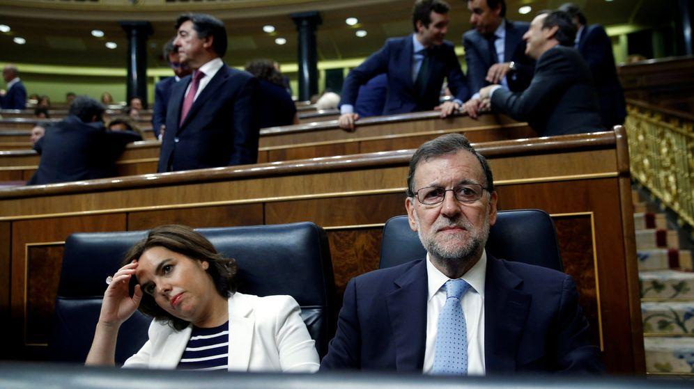 Foto: El presidente del Gobierno en funciones, Mariano Rajoy, y la vicepresidenta Soraya Sáenz de Santamaría, durante la sesión constitutiva de las Cortes Generales de la XII Legislatura. (Reuters)