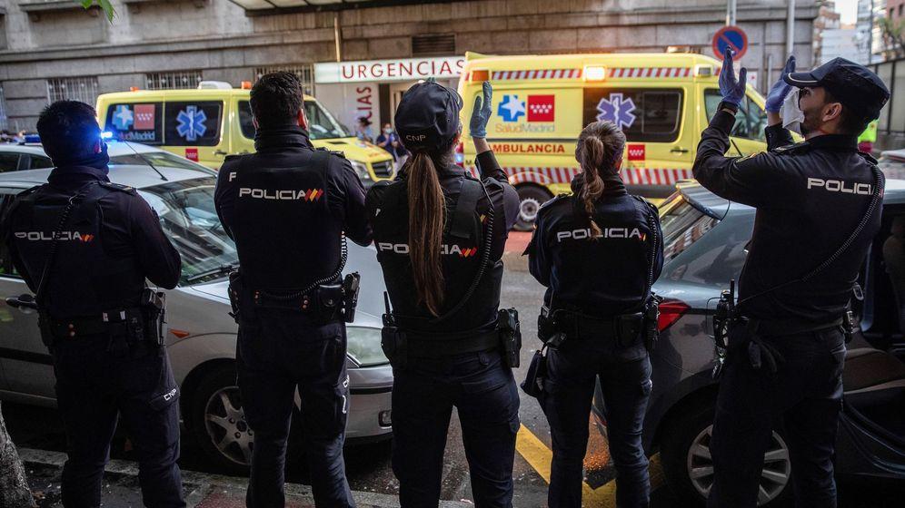 Foto: Agentes de la Policía Nacional aplauden este lunes al personal sanitario del Hospital de la Princesa de Madrid. (EFE)