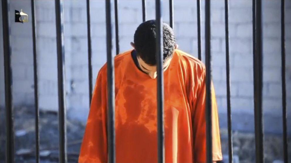 Foto: Una imagen del vídeo difundido por el Estado Islámico de la supuesta ejecución del piloto jordano (Reuters).