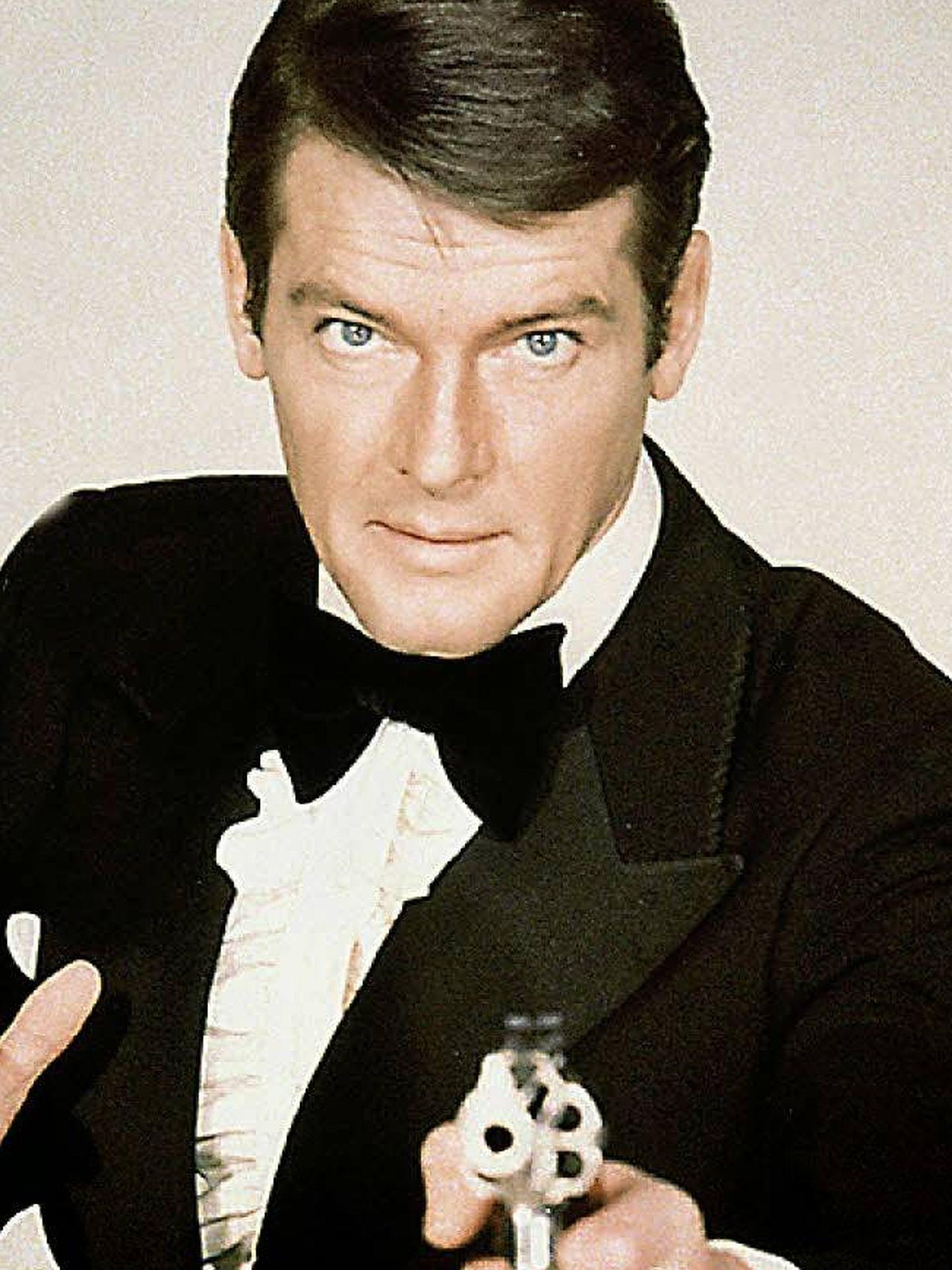 Roger Moore como James Bond.