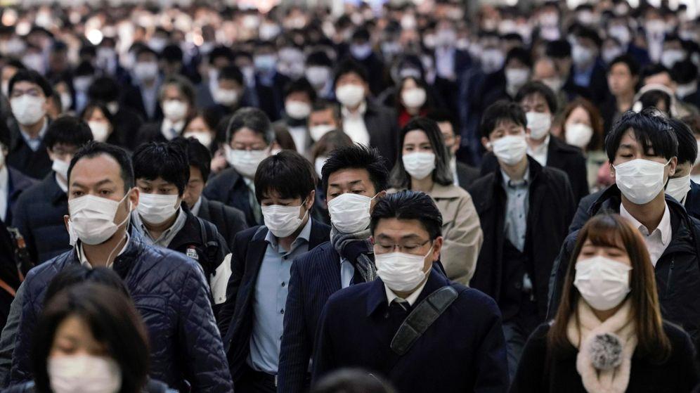 Foto: Trabajadores protegidos con mascarillas acuden a sus oficinas en Tokio, Japón. (EFE)