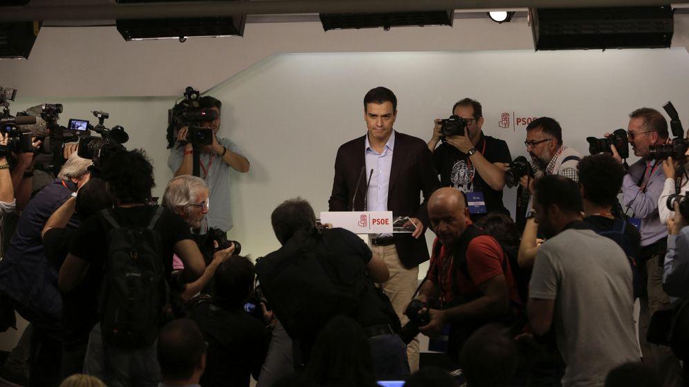 Foto: Pedro Sánchez, durante la comparecencia en la sala de prensa de Ferraz, tras anunciar su dimisión ante el comité federal, este 1 de octubre. (EFE)