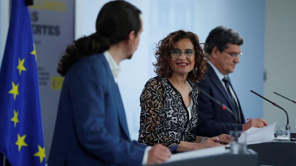 Foto: La ministra de Hacienda, María Jesús Montero, junto al vicepresidente, Pablo Iglesias, y el ministro de Seguridad Social, José Luis Escrivá. (EFE)