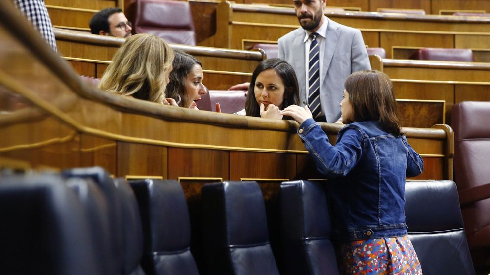 Foto: La portavoz del PSOE, Adriana Lastra (d), conversa con la portavoz adjunta de Podemos, Ione Belarra (2d), y la diputada Noelia Vera, antes de una votación en el Congreso para la renovación de RTVE. (EFE)