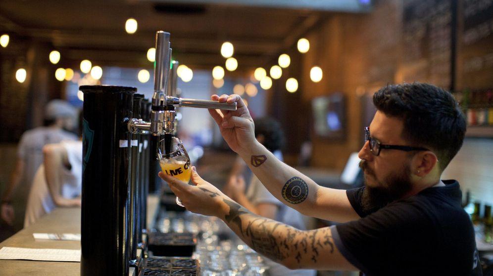 Foto: Un camarero sirve una caña en un bar. (EFE)