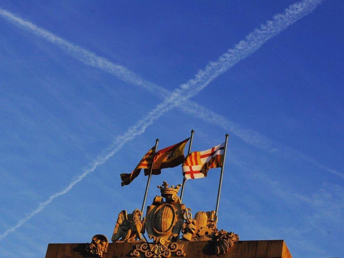 Foto: Vista de las banderas de Cataluña, España y Barcelona, que ondean en el Ayuntamiento de Barcelona. (EFE)