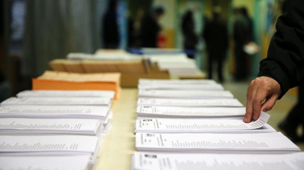 Foto: Papeletas de los diferentes partidos en un colegio electoral en Madrid. (EFE)
