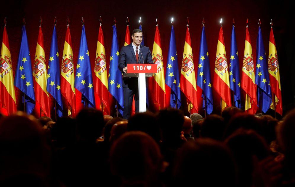 Foto: Pedro Sánchez, este 27 de marzo, en el teatro Gran Maestre de Madrid, en la puesta de largo de los pilares de su programa electoral. (EFE)