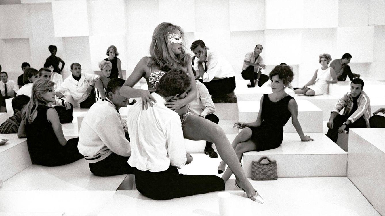 Foto: Todo el ambiente que definió una época en la escena que protagoniza Ursula Andress durante el rodaje de 'La décima víctima' (1965), de Elio Petri.