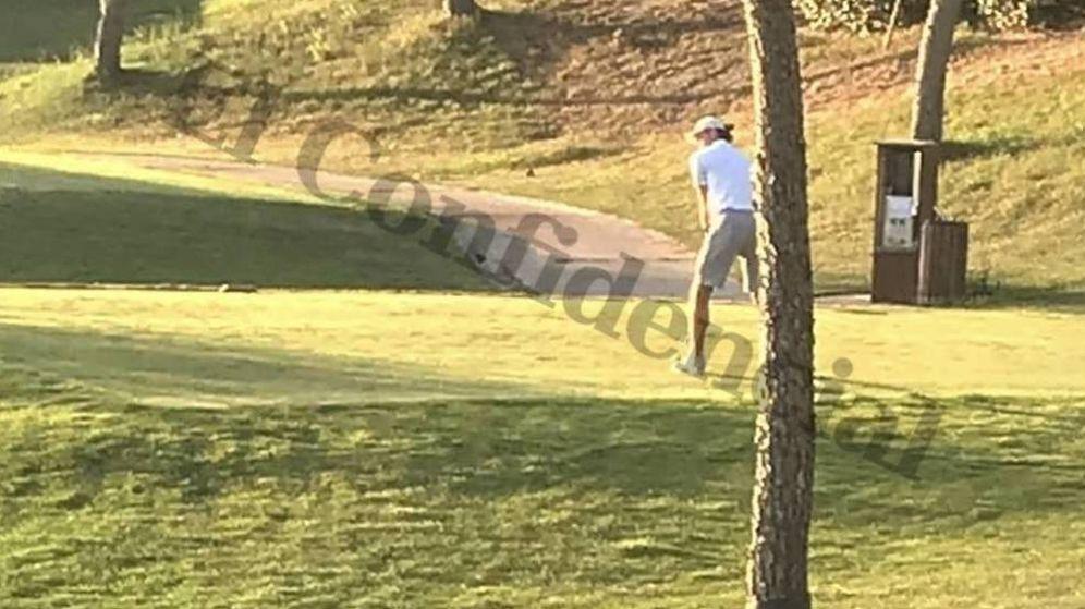 Foto: Gareth Bale, el pasado martes por la tarde, jugando a golf en Boadilla del Monte. (Foto: El Confidencial)