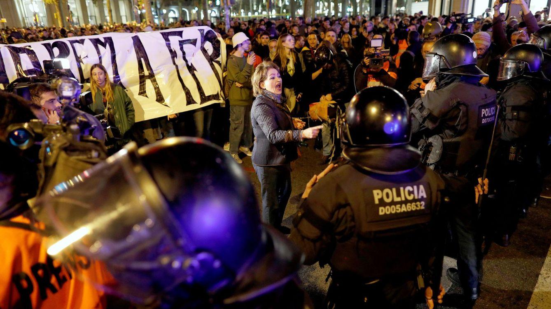 Foto: Una mujer se encara con agentes antidisturbios durante la manifestación convocada por los CDR. (EFE)