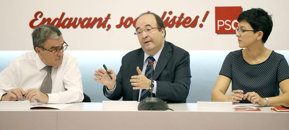Foto: El primer secretario del PSC, Miquel Iceta (c), el presidente del partido, Angel Ros (i), y la secretaria de Empleo, Eva Granados. (Efe)