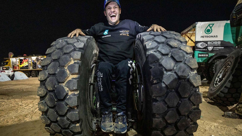 Albert Llovera en su silla de ruedas especial...