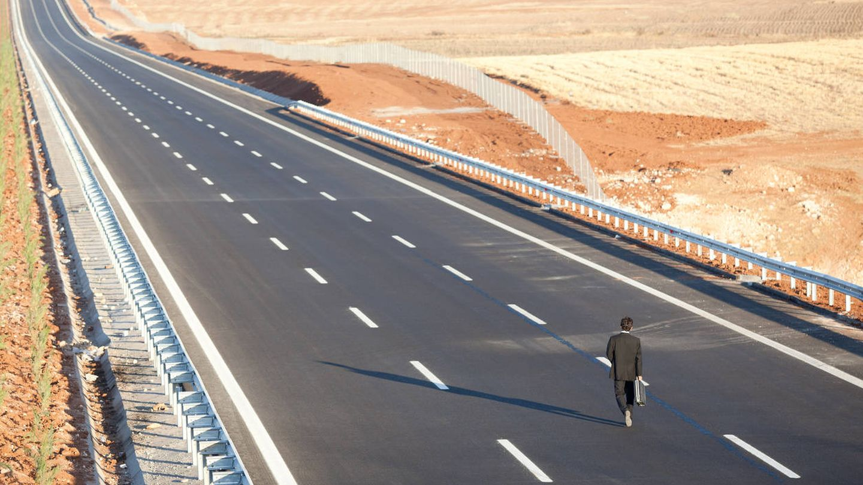 Cuando decides ir andando a esa importante reunión de negocios en el desierto de los Monegros. (iStock)