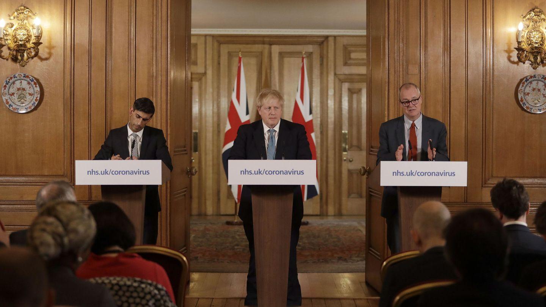 Patrick Vallance, a la derecha de Boris Johnson. (Reuters)