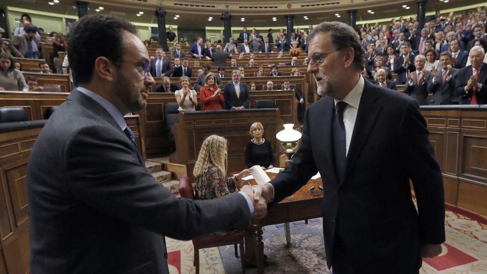 Foto: Mariano Rajoy es felicitado por Antonio Hernando tras ser investido presidente del Gobierno. (EFE)