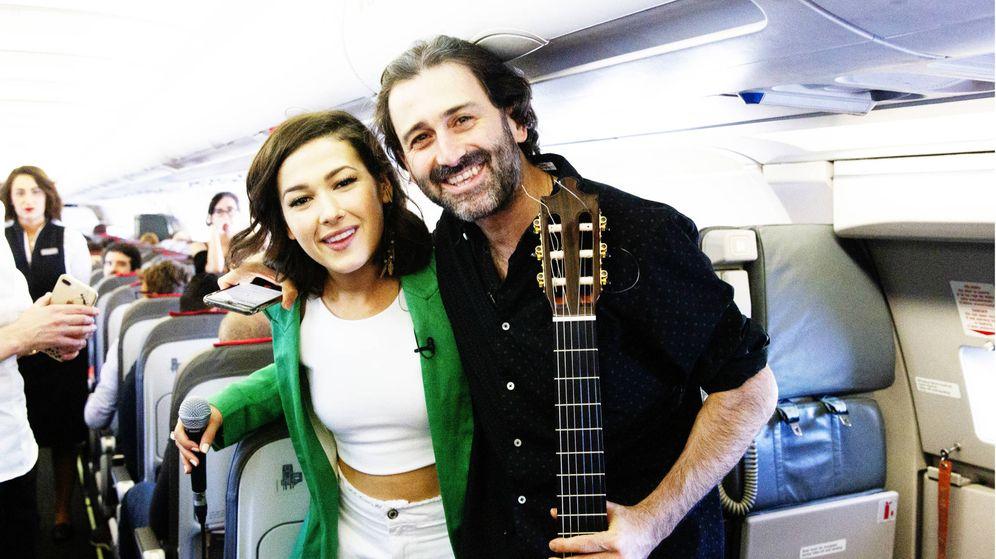 Foto: Nella y Javier Limón, de concierto entre las nubes. (EFE)