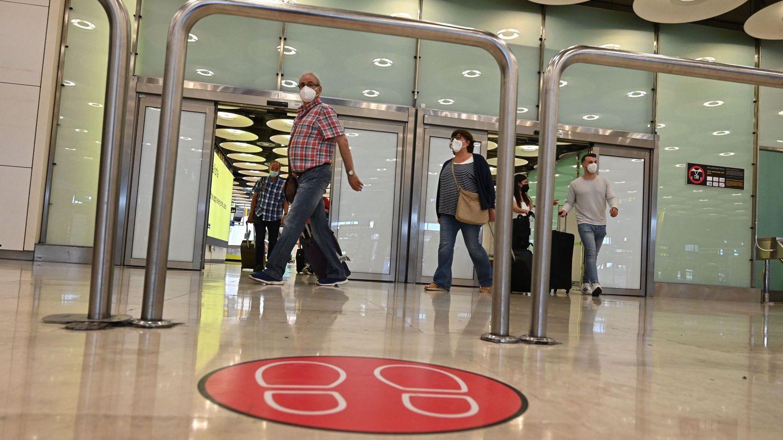 Varios turistas tras aterrizar en la terminal 4 del aeropuerto Adolfo Suárez Madrid Barajas. (EFE)
