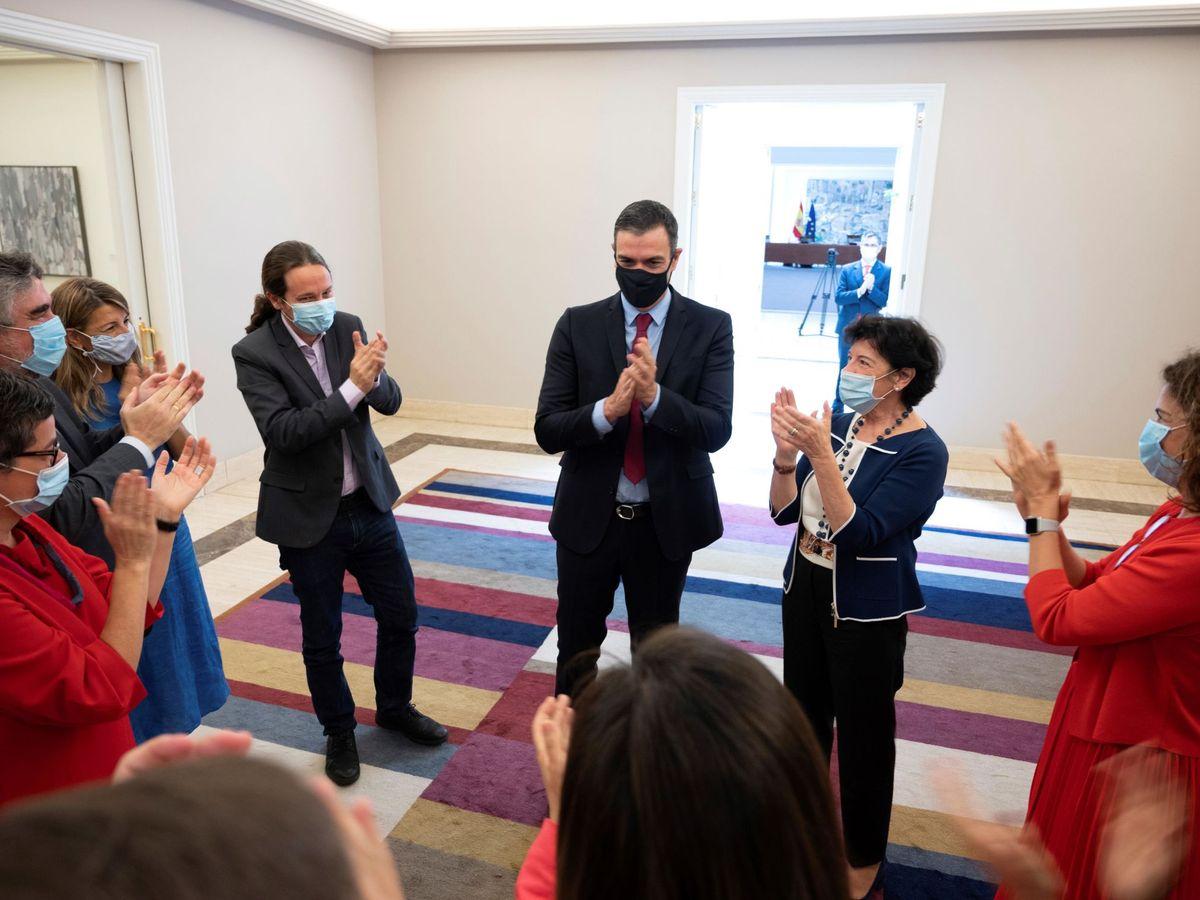 Foto: El presidente del Gobierno, Pedro Sánchez, y los miembros de su gabinete aplauden a su llegada a la reunión del Consejo de Ministros el acuerdo alcanzado entre los líderes de la UE. (EFE)