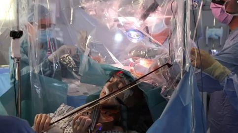 Una paciente toca el violín mientras los médicos le extirpan un tumor cerebral