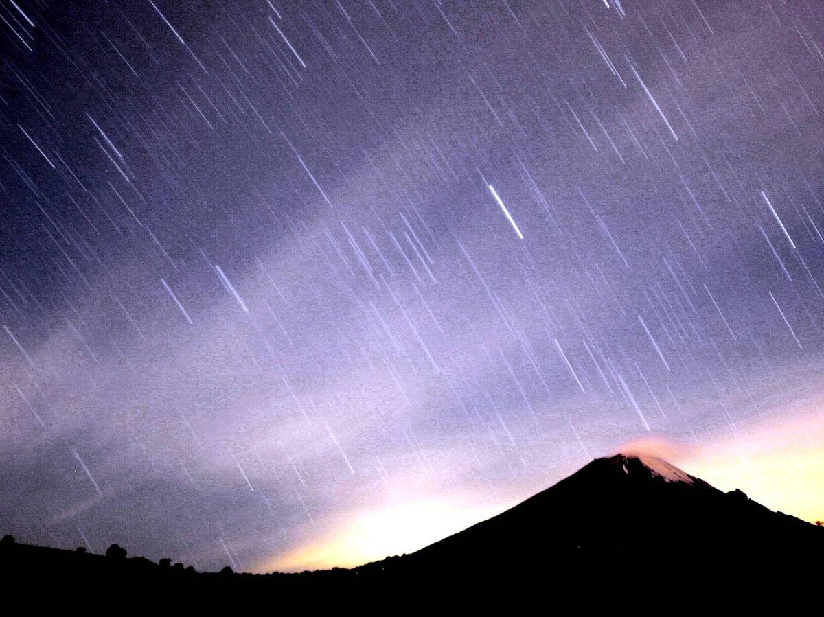 Foto: La lluvia de meteoros de las Gemínidas sobre un volcán en México