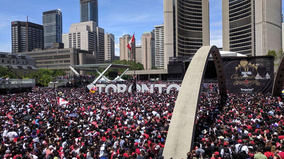 Foto: Imagen de la multitud en la plaza Nathan Phillips de Toronto. (Reuters)