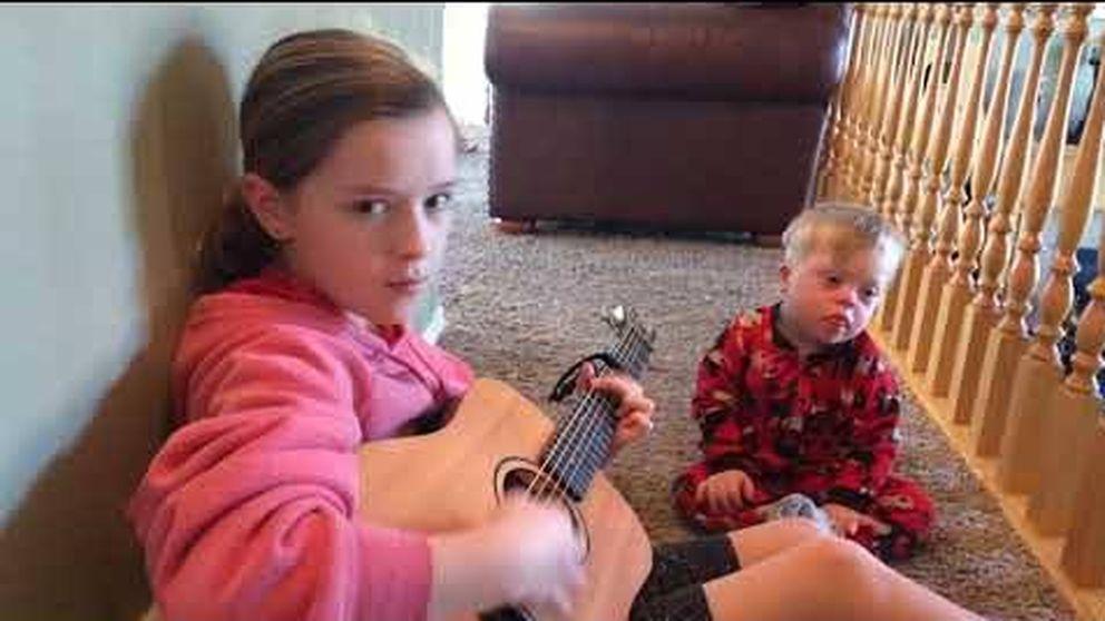 Esta niña enseña a su hermano con Síndrome de Down palabras a través de canciones