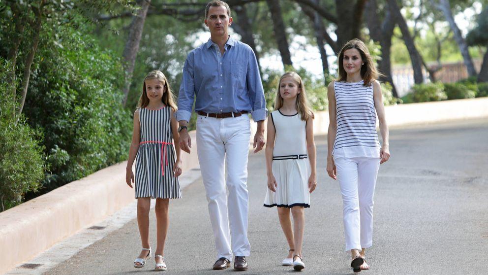 Los Reyes Felipe y Letizia oficializan sus vacaciones con su tradicional posado en Marivent