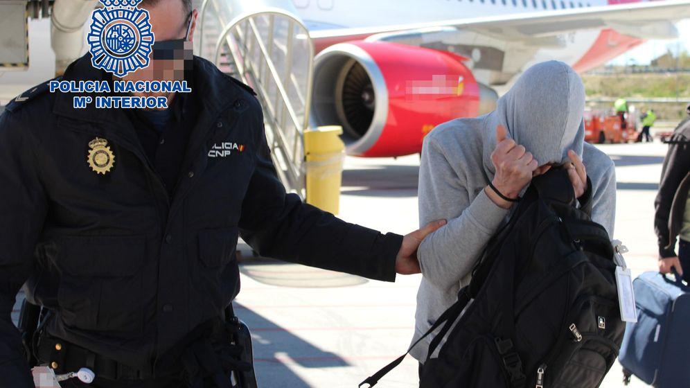 Foto: El pederasta de Valdemoro es trasladado por la Policía Nacional.
