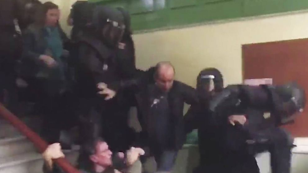 Un vídeo muestra cómo un policía da una patada a una votante en Barcelona