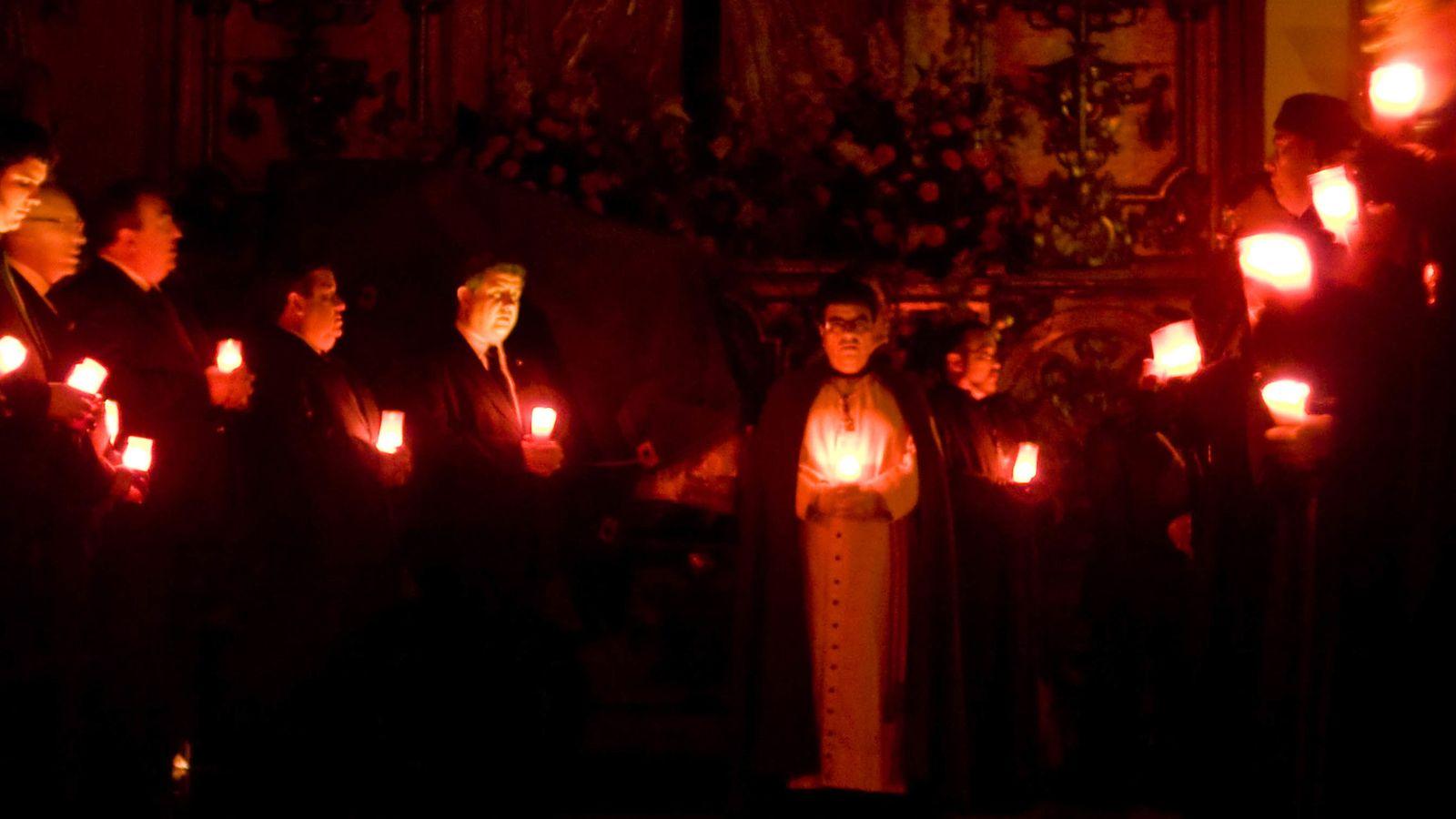 Foto: Los hermanos de la Sangre de Cristo sostienen velas durante una ceremonia en su capilla. (Jorge Sesé)