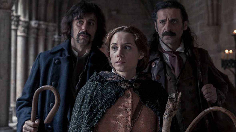 Aura Garrido (en el centro) como Amelia Folch en 'El Ministerio del Tiempo'. (RTVE)