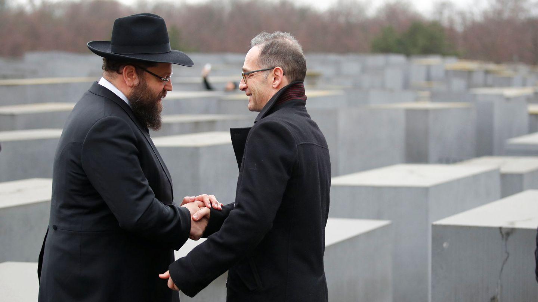 El ministro de Exteriores alemán Heiko Maas habla con el rabino Yehuda Teichtal en el Memorial del Holocausto en Berlín, el 29 de enero de 2019. (Reuters)
