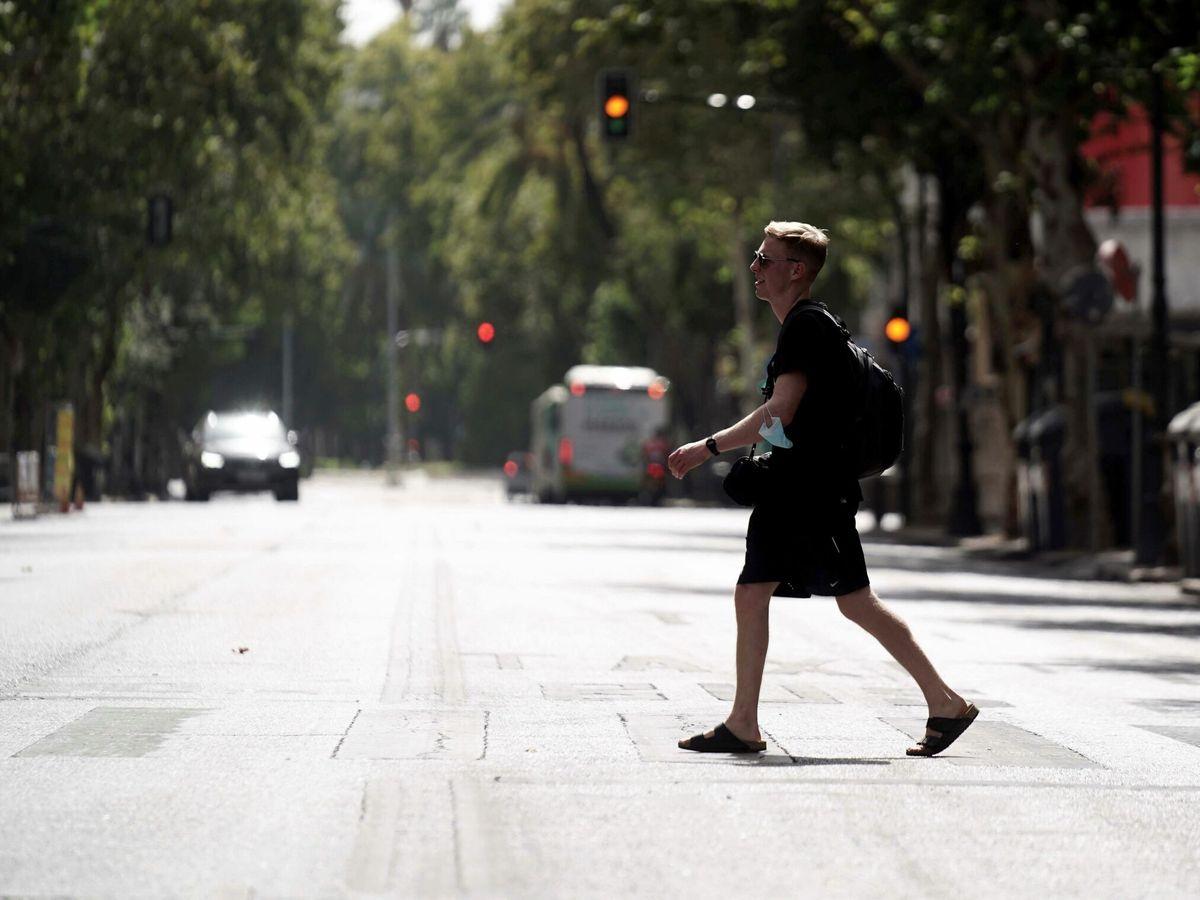 Foto: Una persona camina por el centro de Córdoba. (EFE)