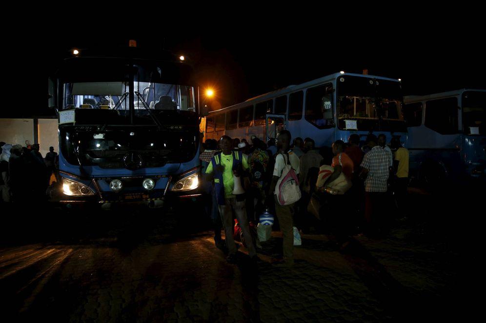 Foto: Inmigrantes ilegales esperan para subir a un autobús en la ciudad de Agadez, Níger. (Reuters)