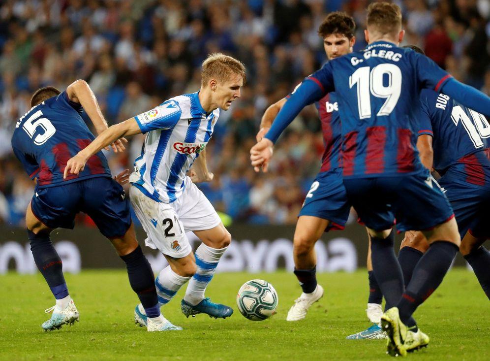 Foto: Odegaard, rodeado de jugadores del Levante en el partido contra la Real en Anoeta el pasado 30 de octubre. (EFE)