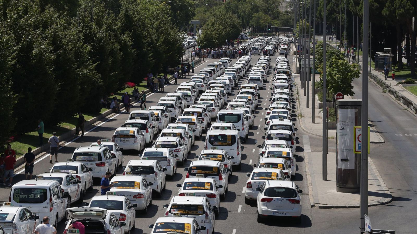 Foto:  Un grupo de taxis permanecen concentrados a su paso por el ministerio de Fomento este lunes. (EFE)