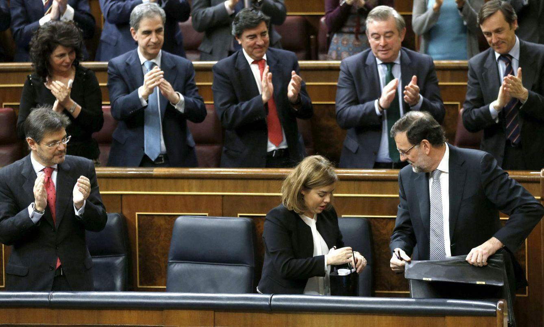 Foto: La bancada por popular ovaciona al presidente del Gobierno, Mariano Rajoy, tras concluir el debate del estado de la nación (Efe).