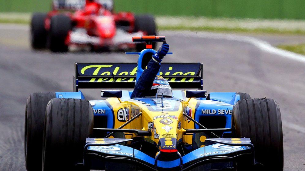 Foto: Fernando Alonso celebra una victoria por delante de Schumacher en 2005. (Reuters)