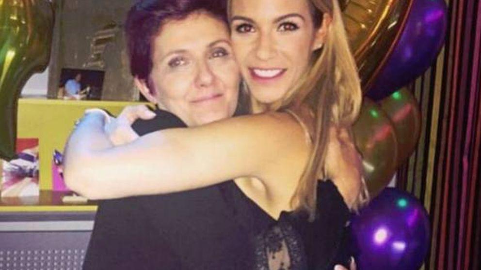 El susto de Tamara Gorro: su madre sufre un problema médico a bordo de un avión