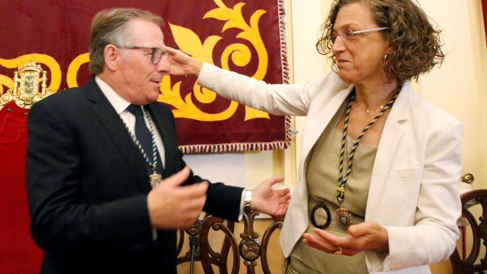 Foto: El único diputado de Ciudadanos (Cs) en Melilla, Eduardo de Castro, recibe la felicitación de la secretaria general de los socialistas melillenses, Gloria Roja